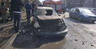 На пересечении проспектов Манаса и Жибек Жолу в Бишкеке сгорел автомобиль