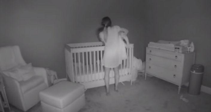 В Сети появилось видео, где молодая мать из США пытается уложить уснувшего малыша в кровать.