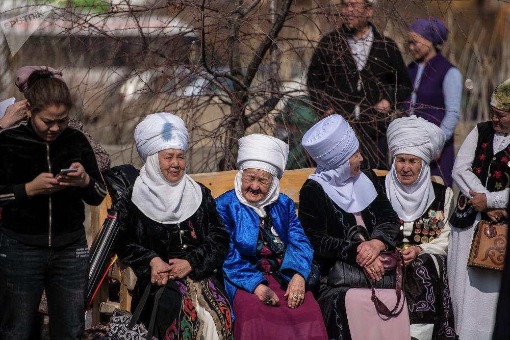 Судьи проекта проекта 40 девушек в этнокомплексе Супара недалеко от Бишкека
