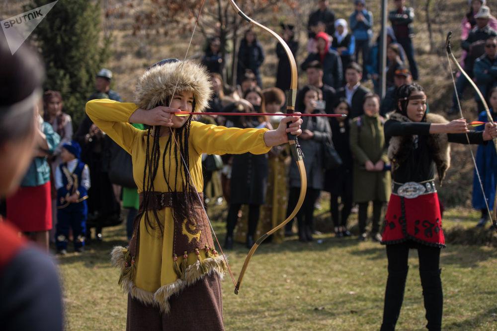 Участницы проекта 40 девушек в этнокомплексе Супара стреляют из лука