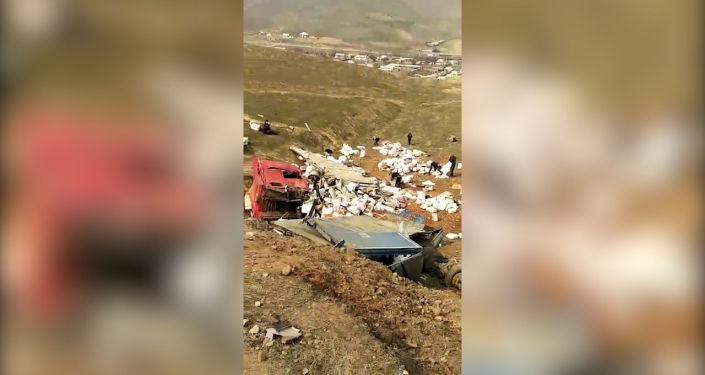 За рулем находился 31-летний водитель. В большегрузе было 20 тонн сухофруктов. Сейчас выясняется причина ДТП.