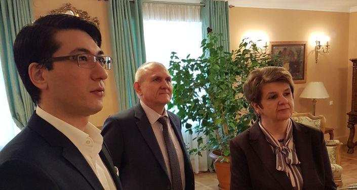 Посол России в КР Николай Удовиченко посетил с супругой дом-музей Чингиза Айтматова