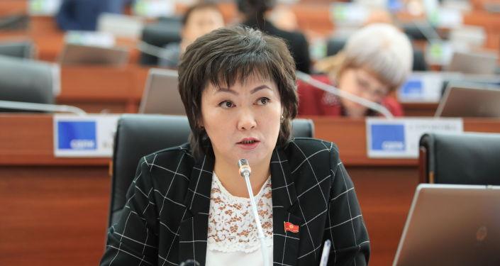 Депутат Жогорку Кенеша Жылдыз Мусабекова на заседании