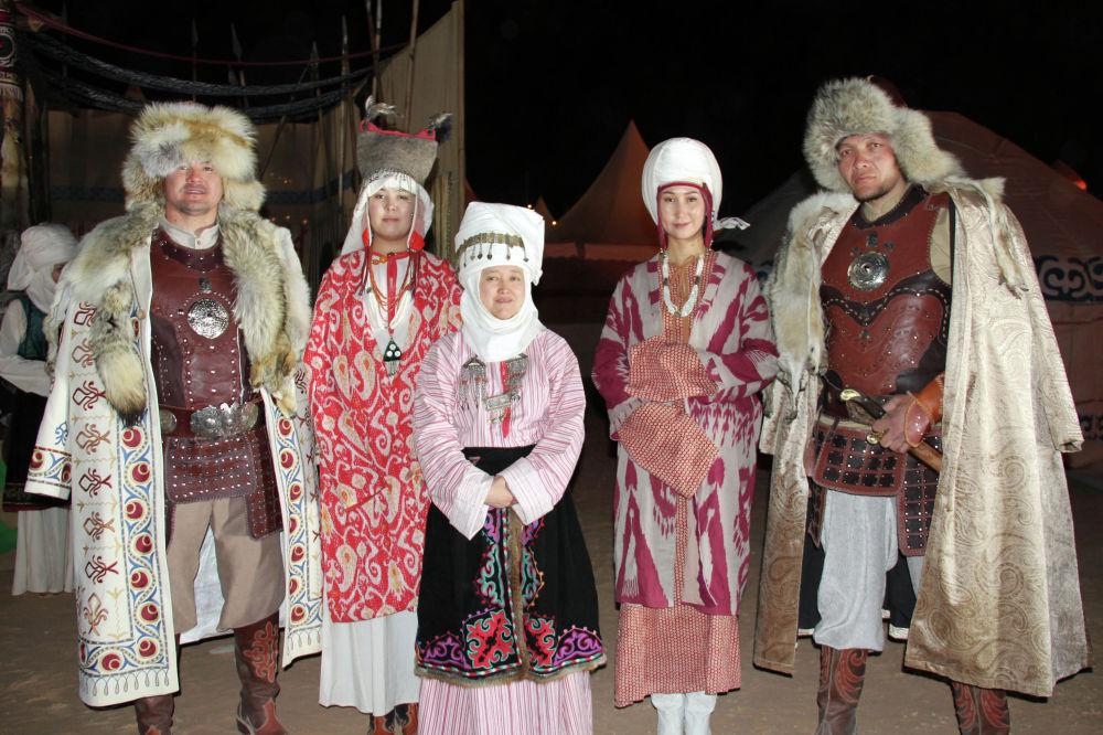 Иш-чарада кыргыздын алп кыздары жана балдары көпчүлүктү таң калтырууда. Эркектердин бою 2,15 метр, ар биринин орточо салмагы 150 килограмм. Кыздардын биринин бою 1,93 метрге жетет, бут кийиминин өлчөмү — 43.