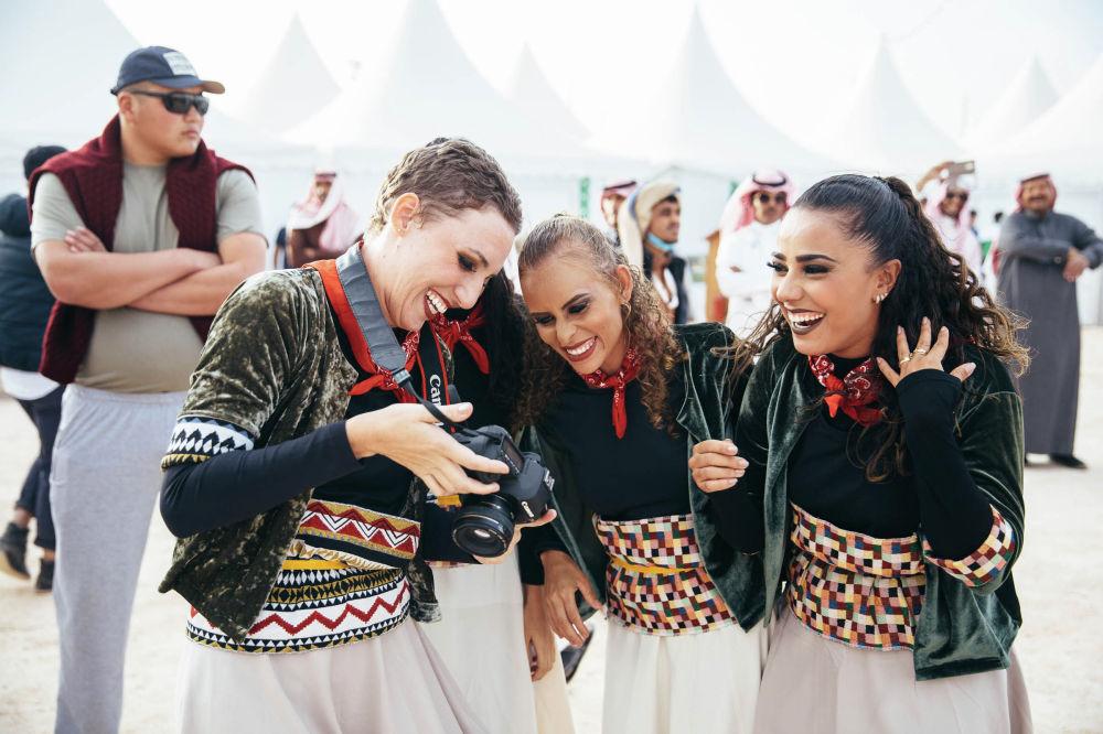 Девушки в национальных костюмах на этнофестивале Camel Fest