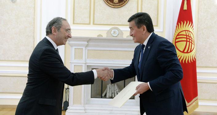 Они заверили Жээнбекова, что будут прилагать все усилия для стимулирования и развития взаимовыгодных отношений в торгово-экономической, политической, культурно-гуманитарной сферах.