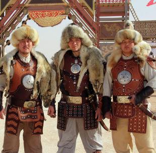 Кыргыстанцы на этнофестивале Camel Fest в Эр-Рияде, рост каждого выше 190 см.