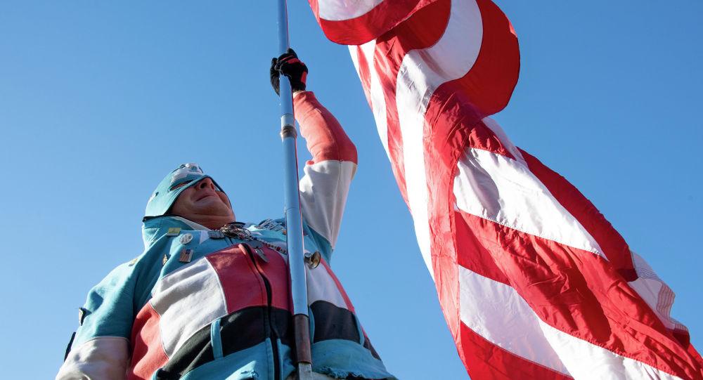 Мужчина с флагом США. Архивное фото