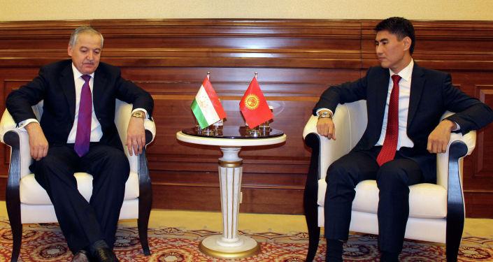Министр иностранных дел Кыргызской Республики Чингиз Айдарбеков и Министр иностранных дел Республики Таджикистан Сироджиддин Мухриддин провели двустороннюю встречу.