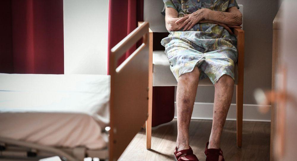 Пожилая бабушка сидит на стуле. Архивное фото