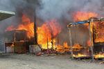 Пожар в лагере беженцев Джунгли в Кале во Франции.