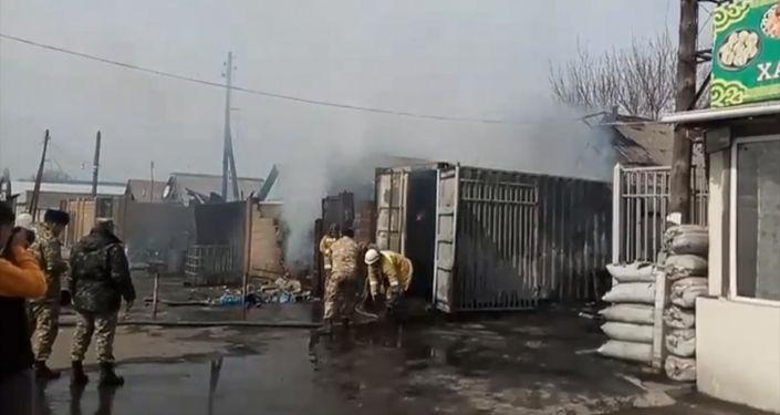 западе Бишкека произошел крупный пожар. По предварительной информации, горят автомобиль и дома. Небо окутал черный дым.