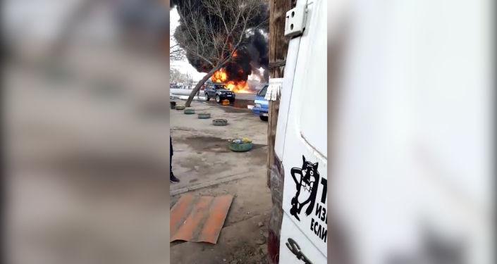 Очевидцы сняли на видео моменты взрывов пожара на западе Бишкека — при въезде в город с территории Сокулукского района.