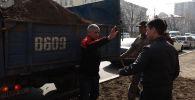 Сотрудники МП Зеленхоз проводили работу по подготовке почвы к посадке кустов вдоль проспекта Чингиза Айтматова, но им начали мешать и отбирать лопаты местные предприниматели.