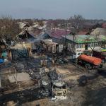 Последствия крупного пожара по улице Фрунзе, где частично сгорели дом, крыши двух домов, полностью — грузовик и контейнер. 15 марта 2019 года