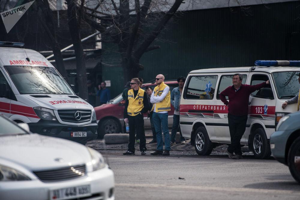Сотрудники скорой помощи на месте крупного пожара по улице Фрунзе в Бишкеке. 15 марта 2019 года