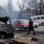 Прохожиц на месте крупного пожара по улице Фрунзе в Бишкеке. 15 марта 2019 года