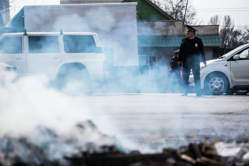 Сотрудник ГУОБДД на месте крупного пожара по улице Фрунзе в Бишкеке. 15 марта 2019 года