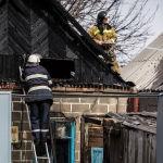 Сотрудники МЧС на месте крупного пожара по улице Фрунзе в Бишкеке. 15 марта 2019 года