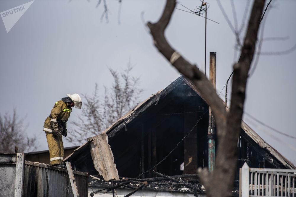 Сотрудник МЧС на месте крупного пожара по улице Фрунзе в Бишкеке. 15 марта 2019 года