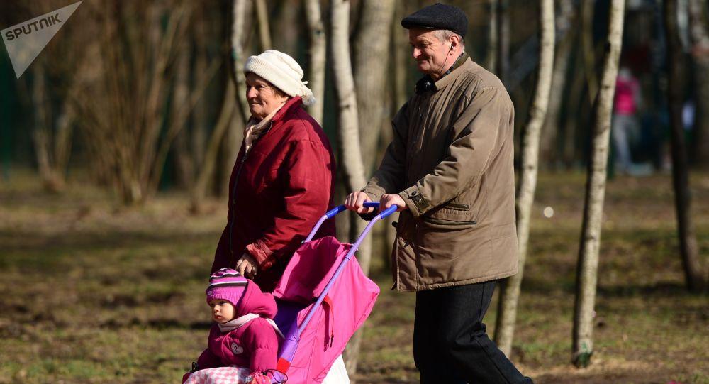 Пожилые люди гуляют с ребенком в парке. Архивное фото