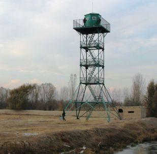 Смотровая вышка на кыргызско-таджикском участке границы около сел Аксай (Кыргызстан) и Мехнатабад (Таджикистан). Архивное фото