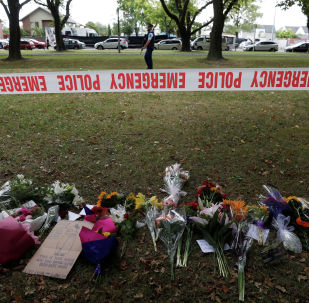 Цветы около мечети в городе Крайстчерч в Новой Зеландии, где мужчина расстрелял людей в мечети. 6 марта 2019 года