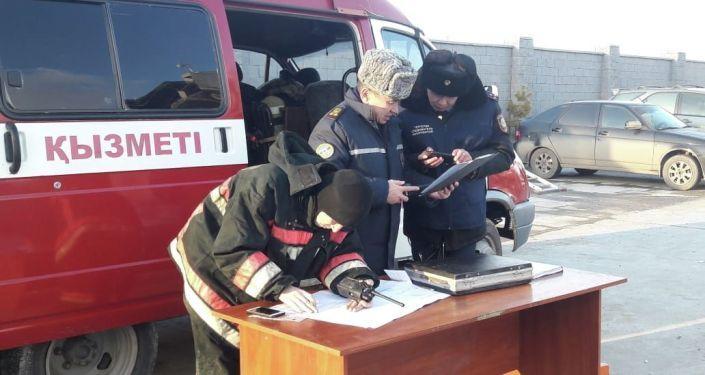Сотрудники МЧС Казахстана на месте взрыва газового баллона в Астане