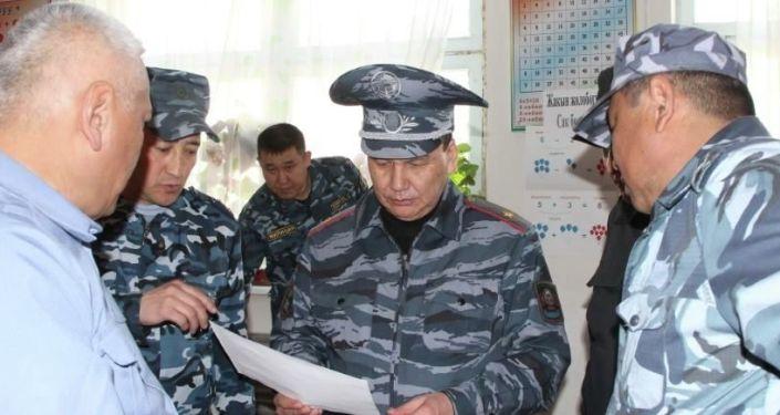 Министр внутренних дел Кашкар Джунушалиев проверил личный состав и вместе с сотрудниками продолжил нести службу в усиленном режиме на границе с Таджикистаном