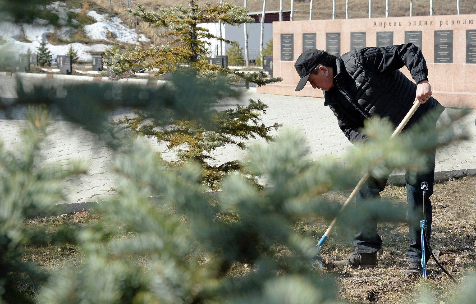 Президент Кыргызстана Сооронбай Жээнбеков на субботнике в мемориальном комплексе Ата-Бейит