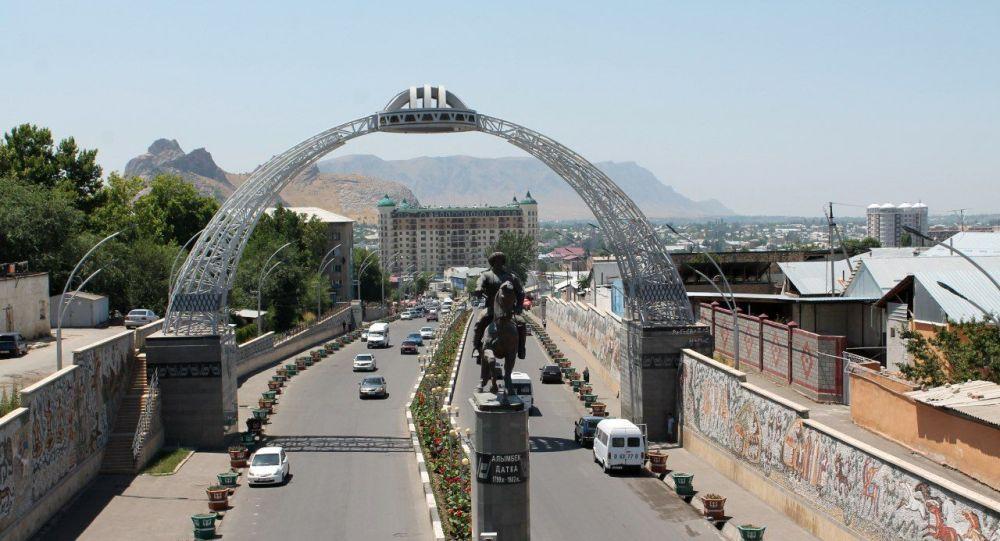 Памятник Алымбек датке при въезде в город Ош. Архивное фото