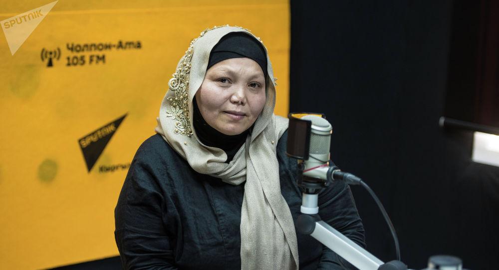 Бишкектеги кыз-келиндер такси кызматын көрсөткөн фирманын жетекчиси Гулиза Сакаева