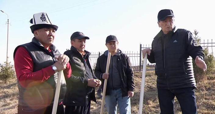 Президент КР Сооронбай Жээнбеков и сотрудники его аппарата провели субботник в мемориальном комплексе Ата-Бейит.