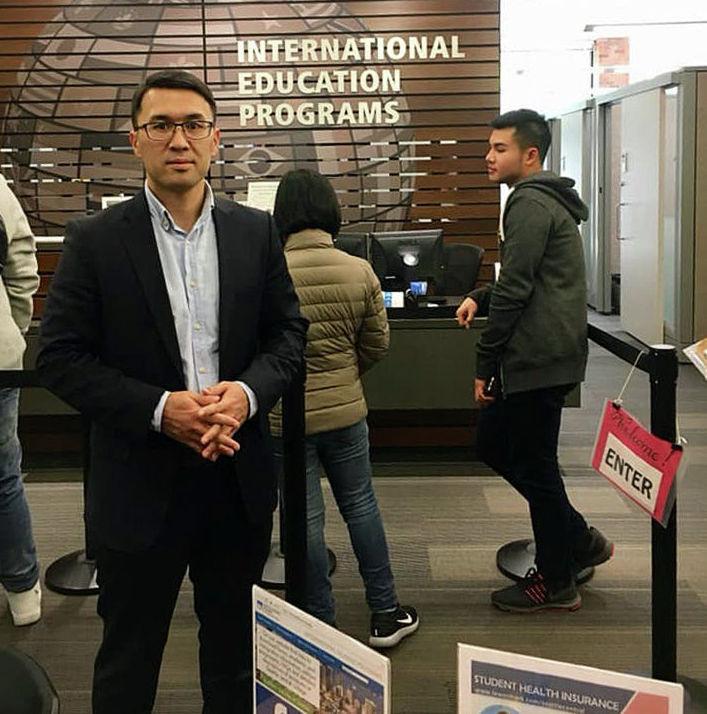 Предприниматель Алмаз Арапов в офисе