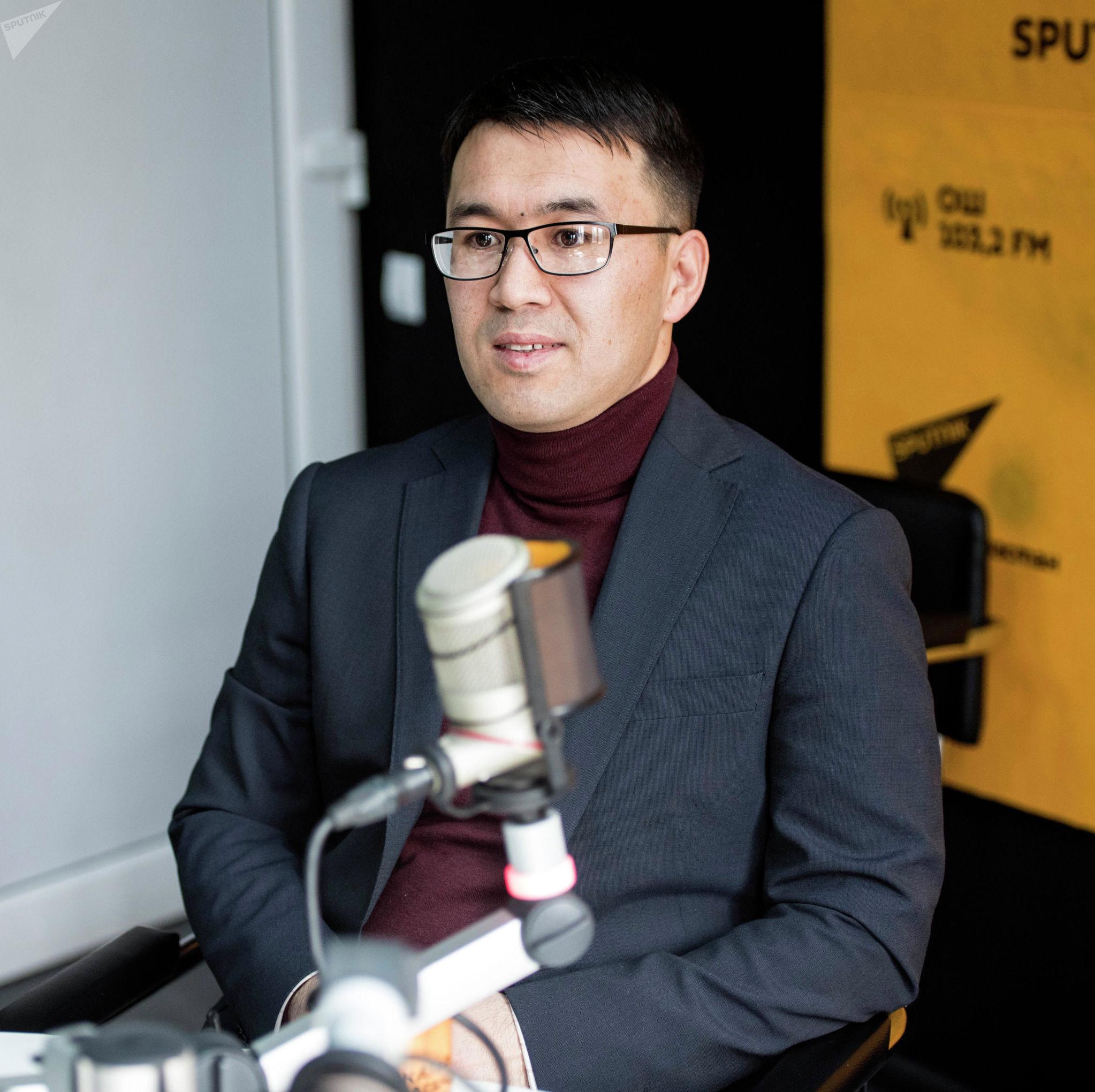 Предприниматель Алмаз Арапов во время беседы на радио Sputnik Кыргызстан