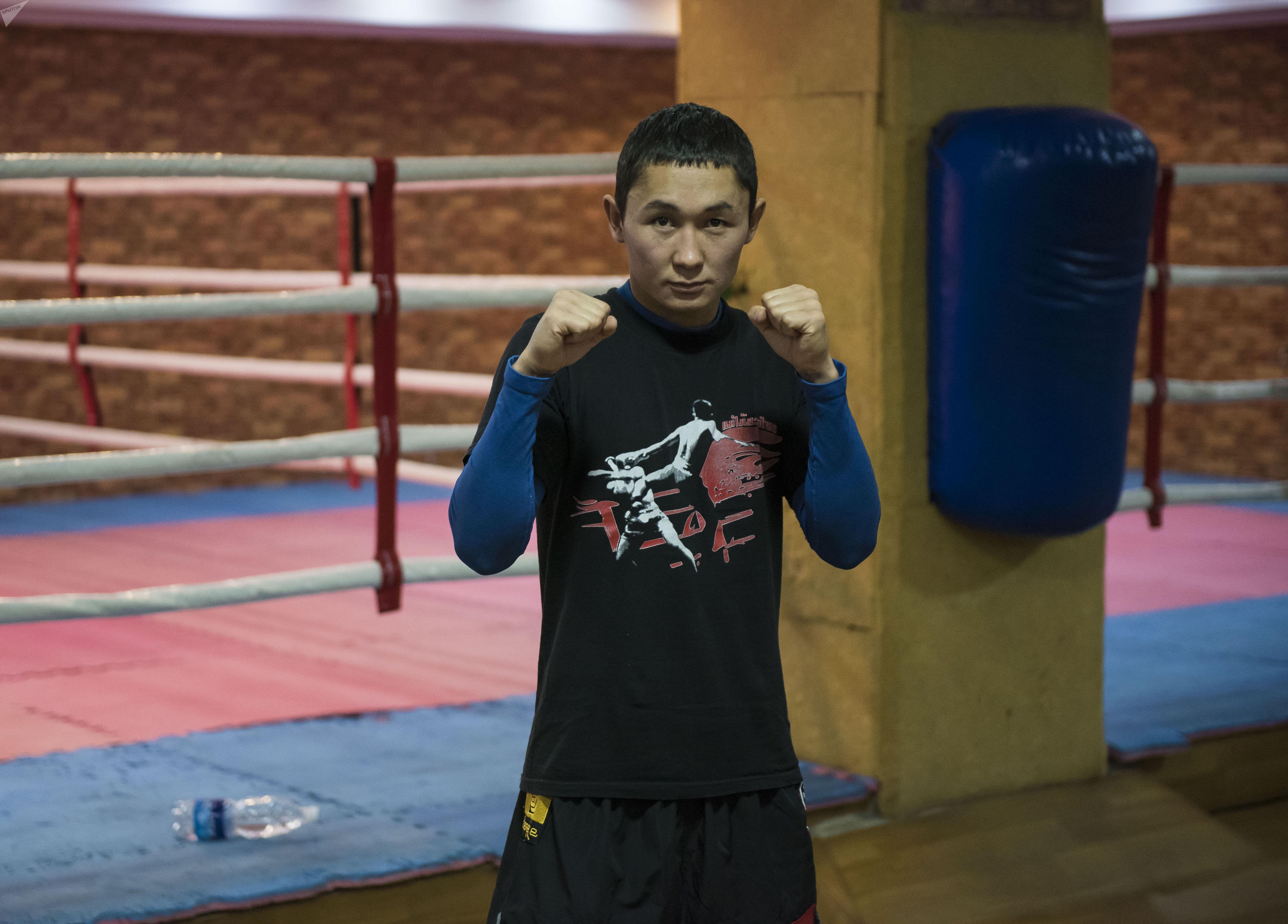 Кыргызстанкий кикбоксер, чемпион мира (2013), чемпион азии (2017) и многократный чемпион Кыргызстана Авазбек Аманбеков в тренировочном зале
