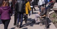 Люди проходят мимо обменных валют в Бишкеке. Архивное фото