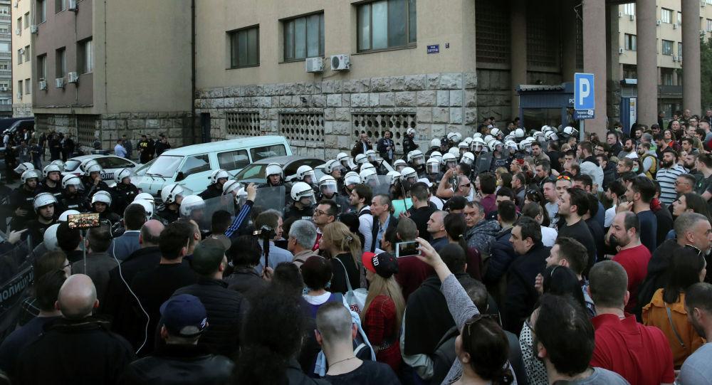 Протестующие вСербии попытались штурмом взять президентский дворец