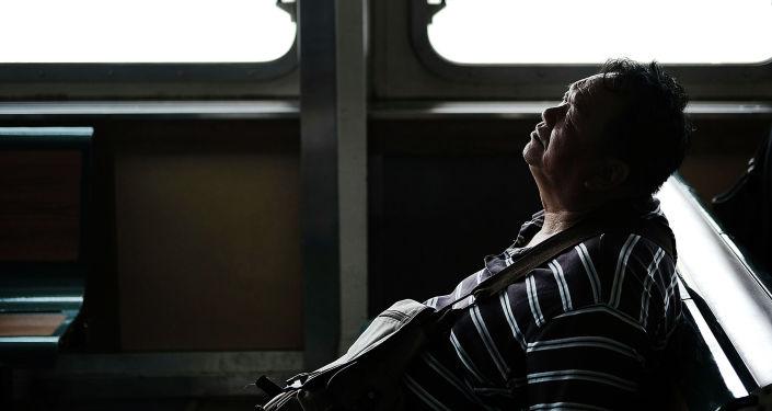 Мужчина отдыхает на пароме. Архивное фото