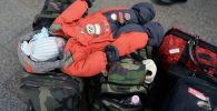 Ребенок спит на сумках в аэропорту. Архивное фото
