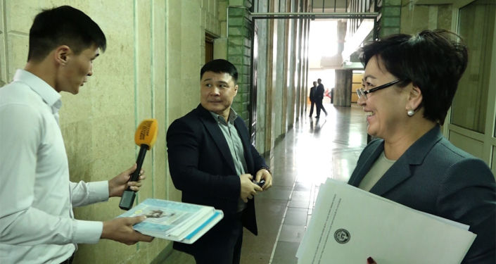 Билим берүү жана илим министри Гүлмира Кудайбердиева менен көптөн бери сүйлөшө албай келгенбиз. Бүгүн Жогорку Кеңеште жүргөнүндө микрофон сунууга мүмкүнчүлүк жаралды.
