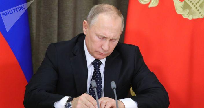 Россиянын президенти Владимир Путин кол коюсу. Архивдик сүрөт