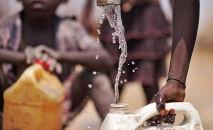 Суданда таза сууга муктаж болгон эл. Архивдик сүрөт