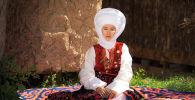 Женщина в национальном головном уборе Элечек