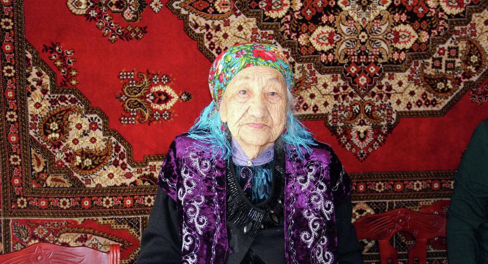 Мэрия города Нарын поздравила с праздником Нооруз Курманжан Майрыкееву, которой исполнилось 100 лет