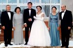 Алия Назарбаева менен Айдар Акаевдин тоюнан. Сүрөттө ата-энелери Казакстан президенти Нурсултан Назарбаев (солдо) жана жубайы Сара, ошондой эле Кыргызстандын президенти Аскар Акаев жубайы Майрам менен үйлпөттүн расмий бөлүгүнөн кийин. Той Кыргызстандын Чолпон-Ата шаарында өткөн. 1998-жылдын 19-июлу.