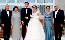Молодожены Алия Назарбаева и Айдар Акаев с родителями президентом Казахстана Нурсултаном Назарбаевым (слева) и его женой Сарой, а также президент Кыргызстана Аскар Акаев (справа) и его жена Майрам позируют для семейной фотографии после официальной свадебной церемонии в Чолпон- Ате. Кыргызстан, 19 июля, 1998 года