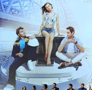 Режиссер Тигран Кеосаян (справа) и актеры фильма Крымский мост. Сделано с любовью! во время премьеры фильма. Архивное фото