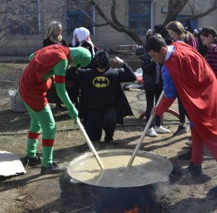 Кыргызстандык жаштар Военно-Антоновка айылындагы балдар үйүнө барып Нооруз майрамын өткөрүп келишти