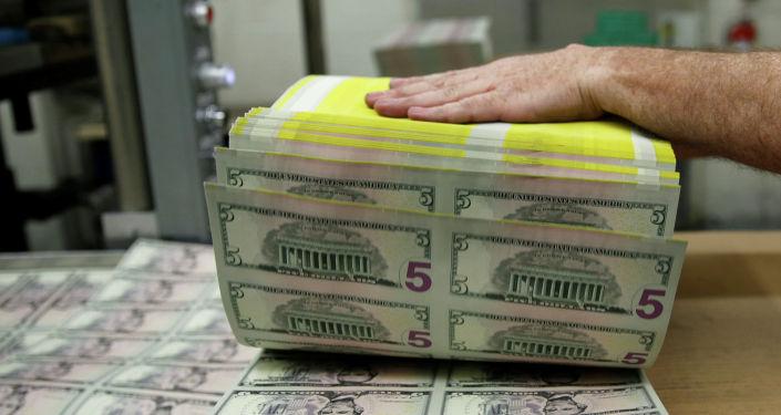 Листы пятидолларовой банкноты. Архивное фото